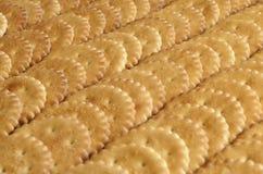 Close-up van gezouten crackers Achtergrond van klassieke zoute cracker op een bruine houten tabl Stock Fotografie