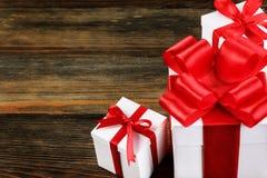 Close-up van giftdozen met rode bogen Royalty-vrije Stock Afbeeldingen