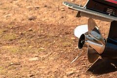 Close-up van glanzende metaalpropeller van bootmotor die op het strand liggen royalty-vrije stock afbeelding