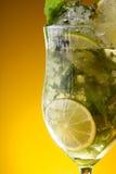 Close-up van glas met limonade royalty-vrije stock afbeeldingen