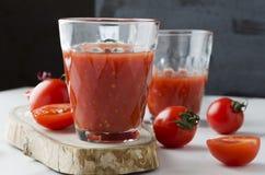 Close-up van glas vers gedrukt tomatesap op lijst in de keuken Tomaten, houten raad, glazen tomatesap royalty-vrije stock foto's