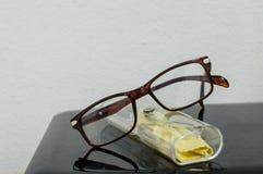 Close-up van glazen op een bureau Stock Afbeeldingen
