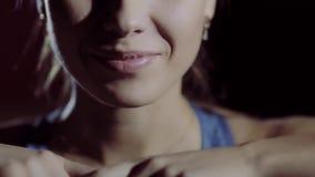 Close-up van glimlachende geschiktheidsvrouw stock footage