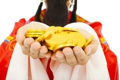 Close-up van God die van rijkdom gouden muntstuk houden Stock Foto's