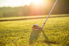 Close-up van golfbal met club royalty-vrije stock afbeeldingen
