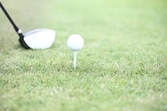 Close-up van golfclub en T-stuk met bal op gras Royalty-vrije Stock Fotografie