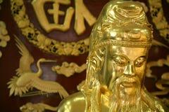 Close-up van gouden Chinees beeldhouwwerk in tempel Stock Foto