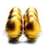 Close-up van Gouden Eieren in Karton Stock Fotografie