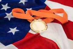 Close-up van gouden medaille op Amerikaanse vlag Stock Fotografie