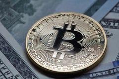 Close-up van gouden muntstuk bitcoin op dollarrekeningen Stock Afbeelding