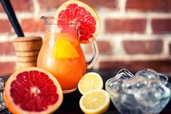 Close-up van grapefruitlimonade met citroenen Stock Afbeeldingen