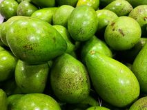 Close-up van groene en rijpe avocado's Gezond voedsel en voeding met goede vetten stock foto
