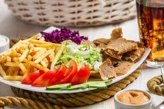 Close-up van groenten, gebraden gerechten en vleeskebab met koude Cok wordt gediend die Royalty-vrije Stock Foto