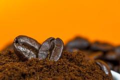 Close-up van grondkoffie en bonen royalty-vrije stock afbeelding