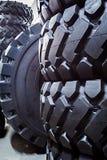 Close-up van grote banden voor grote vrachtwagens en op zwaar werk berekende voertuigen royalty-vrije stock afbeeldingen