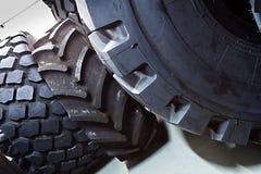 Close-up van grote banden voor grote vrachtwagens en op zwaar werk berekende voertuigen stock foto's