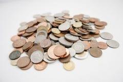Close-up van grote groep muntstukken over witte achtergrond stock afbeeldingen