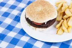 Close-up van hamburger en Frieten op lijst Stock Afbeeldingen