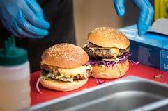 Close-up van hamburger op de houten raad bij open voedselmarkt in Ljubljana, Slovenië Royalty-vrije Stock Afbeeldingen
