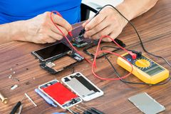 Close-up van Hand die Cellphone herstellen Royalty-vrije Stock Foto's