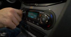 Close-up van hand die de airconditionerknoop in de auto aanpassen Mens die automobiel airconditioningssysteem met behulp van stock footage