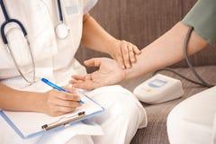 Close-up van hand die hartslag controleert Royalty-vrije Stock Fotografie
