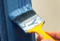 Close-up van hand het schilderen hout stock afbeeldingen