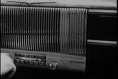 Close-up van hand stemmende radio in uitstekende auto stock videobeelden