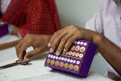 Close-up van handen die aan een purpere en verfraaide doos in India werken Royalty-vrije Stock Afbeeldingen