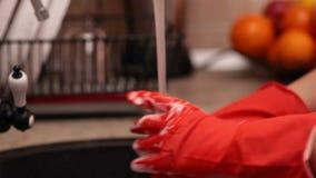 Close-up van handen die een glas wassen bij de gootsteen stock videobeelden