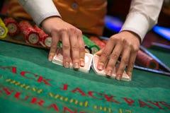 Close-up van handen die kaartencasino schuifelen Stock Foto