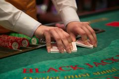 Close-up van handen die kaartencasino schuifelen Royalty-vrije Stock Foto