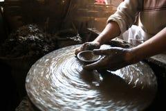 Close-up van handen die klei werken aan het wiel van de pottenbakker Het werk in de studiopottenbakker Stock Foto's