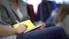 Close-up van Handen die pennen houden en nota's maken op de conferentie De bedrijfsmensen overhandigen documenten makend nota's b stock video