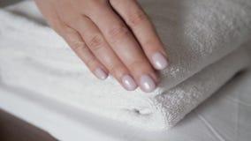 Close-up van handen die stapel verse witte badhanddoeken op het bedblad zetten Bediening op de kamermeisje het schoonmaken de mac stock video
