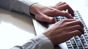 Close-up van handen en toetsenbord Bediende die aan laptop werken stock video