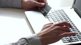 Close-up van handen en toetsenbord Bediende die aan laptop werken stock footage