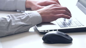 Close-up van handen en toetsenbord Bediende die aan laptop werken stock videobeelden