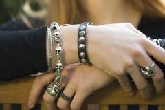 Close-up van Handen met Juwelen Royalty-vrije Stock Afbeelding