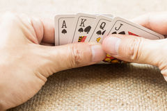Close-up van handen met speelkaarten Stock Foto's