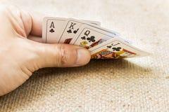Close-up van handen met speelkaarten Stock Afbeeldingen