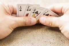 Close-up van handen met speelkaarten Stock Afbeelding
