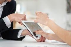 Close-up van handen met tablet en laptop Zakenlieden op corpora Stock Foto