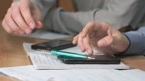 Close-up van handen van twee mensen die smartphones gebruiken stock footage