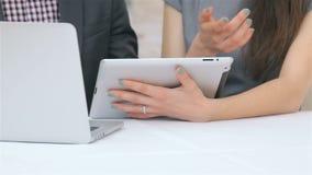 Close-up van handen van de jonge aantrekkelijke bedrijfsmens stock videobeelden