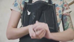 Close-up van handen van vakmanceramist die een klei vormen stock video