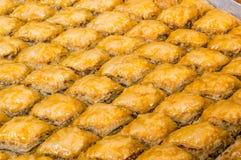 Close-up van heerlijk traditioneel Turks dessert Baklava met okkernoot stock afbeelding