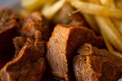 Close-up van Heerlijke Maaltijd van de Gebraden gerechten van Rundvleesstew in sauce with french Stock Fotografie