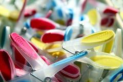 Close-up van helder gekleurde wasknijpers met selectieve nadruk Stock Foto's