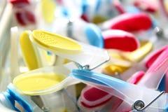 Close-up van helder gekleurde wasknijpers met selectieve nadruk Royalty-vrije Stock Fotografie